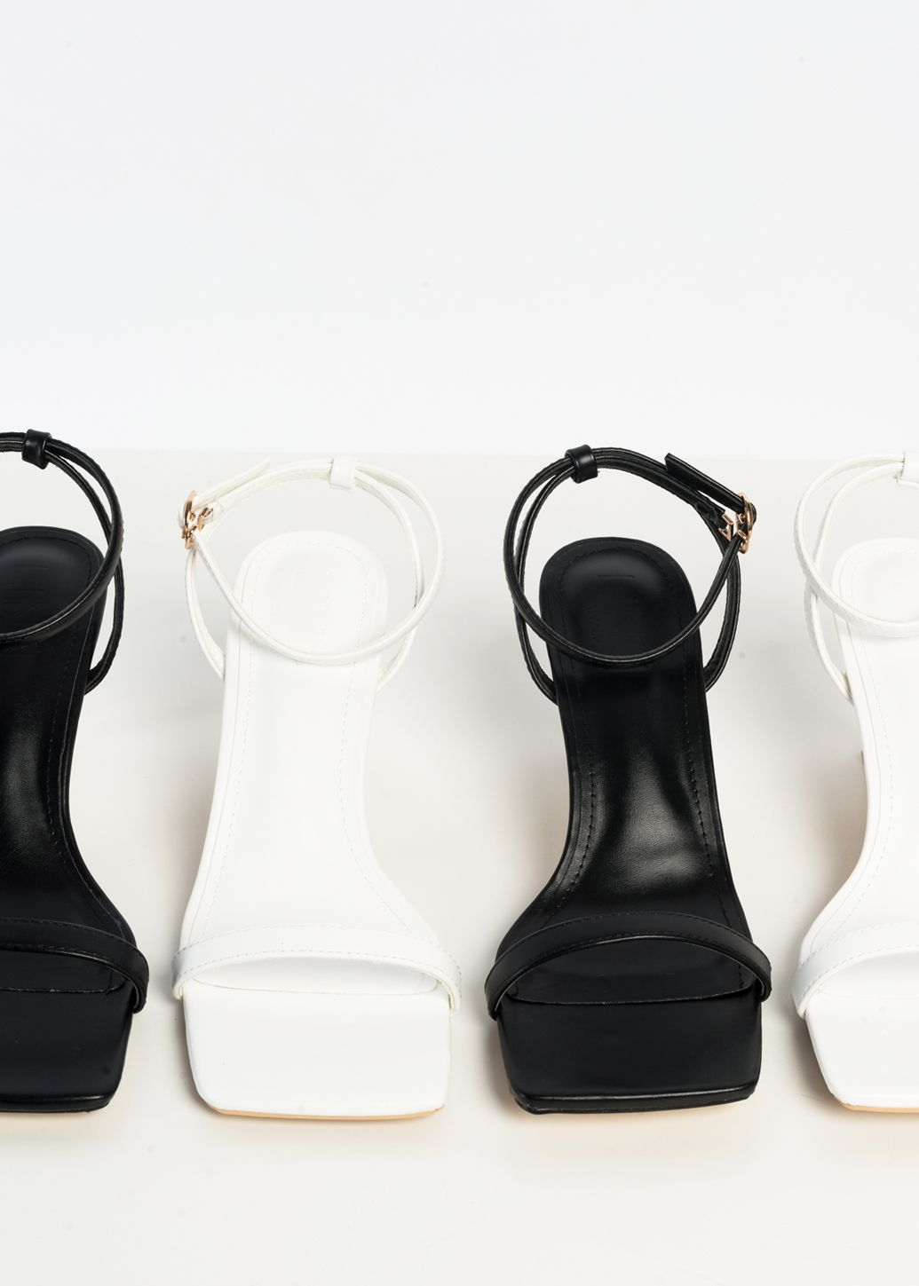 HIGH-HEEL SANDALS MIT SQUARE TOES
